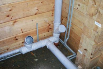 Использование отводов и тройников существенно упрощает монтаж канализации