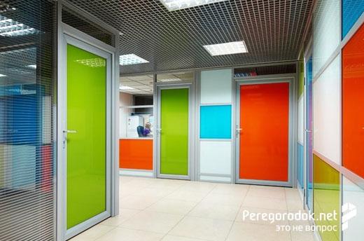 Офисные двери из цветных стекол