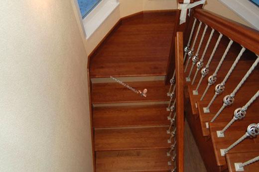Лестница из ясеня с кованными стойками