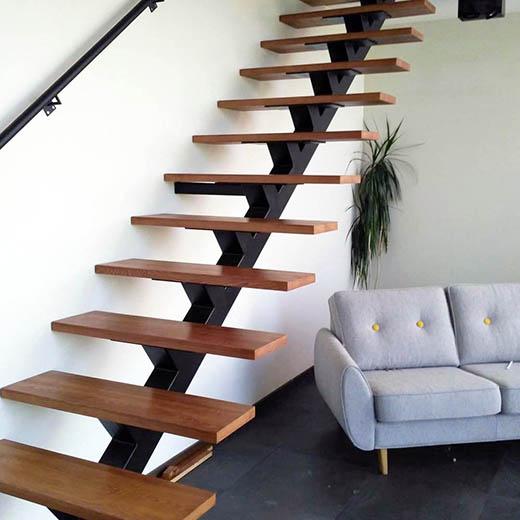 установка лестницы на железном косоуре