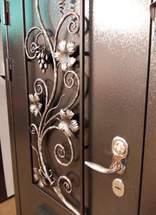 стальные двери с кованными элементам