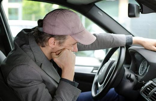 На фото – задумчивый автомобилист